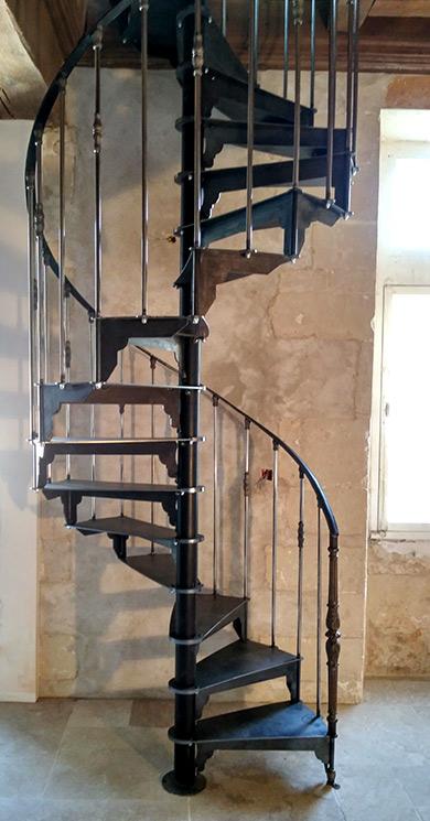 Escalier colimaçon acier dans une maison ancienne