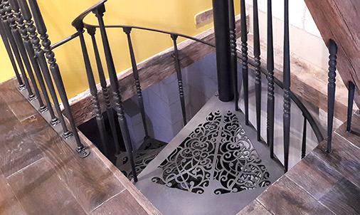Escalier colimaçon noir et sa trémie