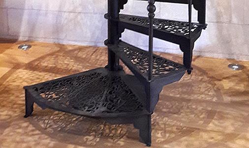 Escalier colimaçon noir et sa première marche plus large