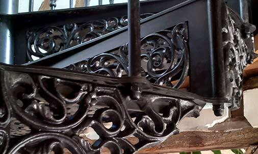 La cire graphitée en finition de l'escalier