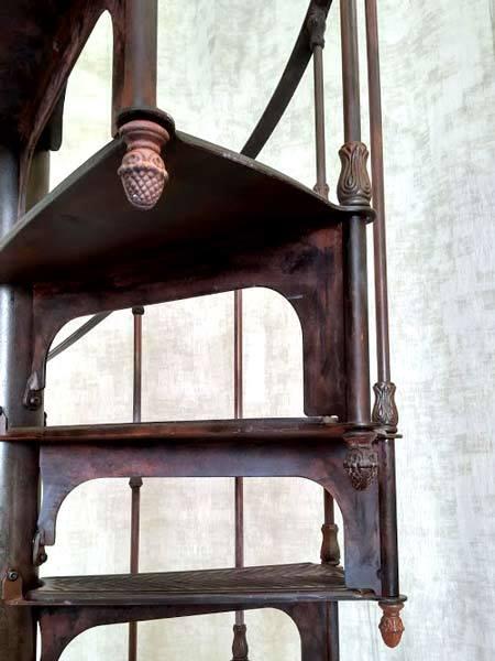 Escalier colimaçon ancien effet rouillé