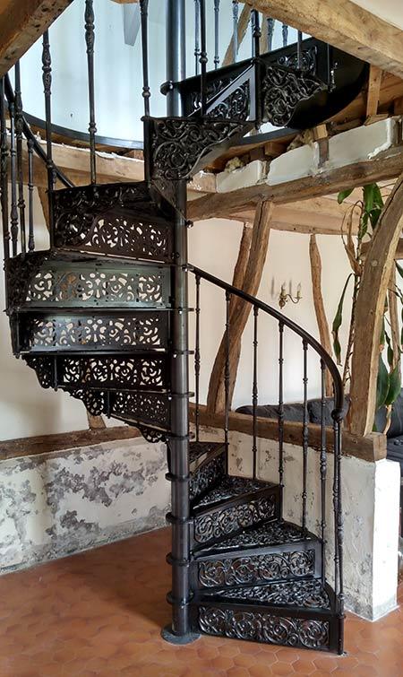 Escalier colimaçon et ses éléments de marche en fonte