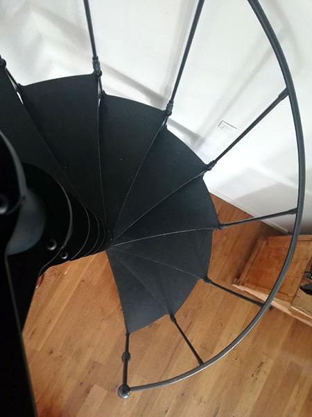 """Escalier colimacon noir en acier """"dark elegance"""""""