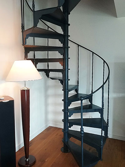 Escalier colimacon noir d'intérieur
